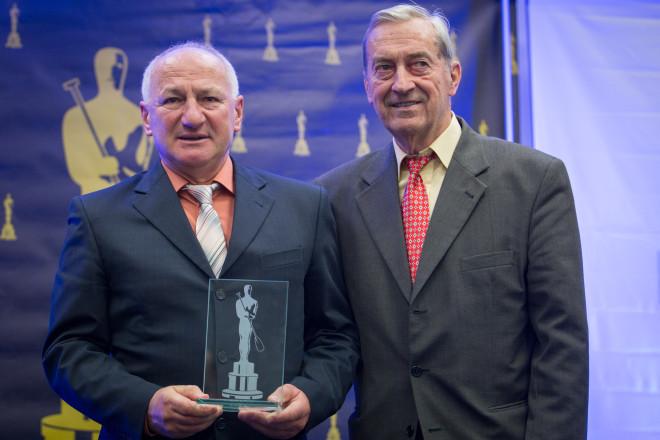 Bývalý tréner Peter Mráz (vľavo) počas slávnostného vyhlásenia ankety Kanoista roka 2015. spolu s čestným prezidentom SZKDV Ivanom Čiernym. FOTO SITA/Marko Erd