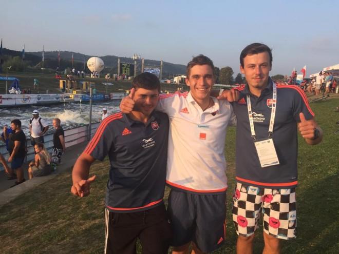 Zlatá hliadka juniorských kajakárov - Richard Macúš, Jakub Grigar, Samuel Stanovský. FOTO SZKDV